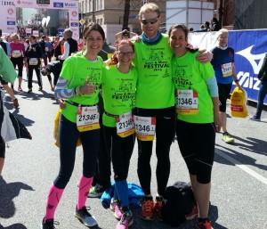 Ariane, Petra, Andreas und Katharina vom Lauftreff Harsefeld laufen beim Hamburg Marathon mit den neuen Funktionsshirts für das Lauf- und Musikfestival 2016